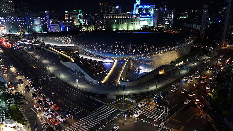 Dongdaemun_Design_Plaza_(DDP)_at_Night,_Seoul