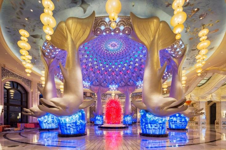 ▲中國最大海洋生態主題酒店--「長隆橫琴灣酒店」,處處可見海豚雕像。