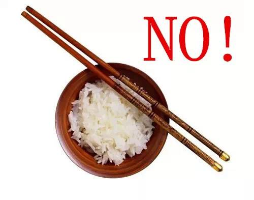 還沒吃飽時請勿把筷子橫置碗上
