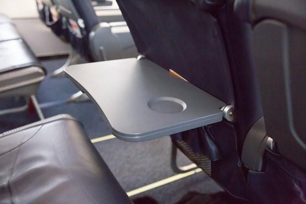 起飛和降落時要調直座椅靠背和收起前方小桌板