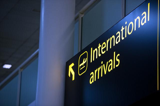 在中國機場出入境時,請走本國人通道